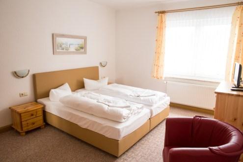 schöne Ferienwohnung in Zinnowitz auf Usedom helles Schlafzimmer mit Doppelbett