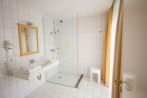 Helles Badezimmer mit Fenster im Hotel Waldidyll in Zinnowitz auf Usedom