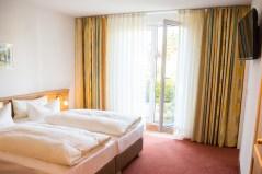 Hotelzimmer mit Doppelbett und Terasse in Zinnowitz in Strandnähe