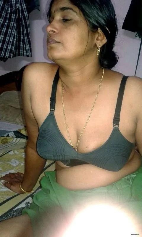 Bhabhi removing maxi petticoat posing nude showing boobs