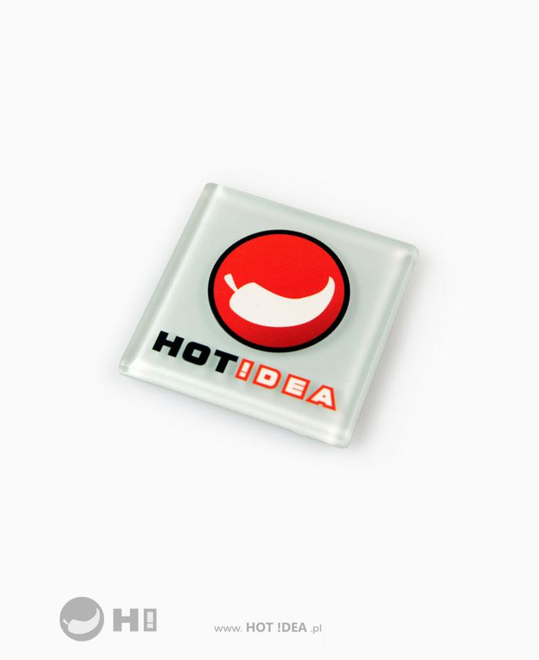 Szklany magnes na lodówkę z logo - gadżet biznesowy