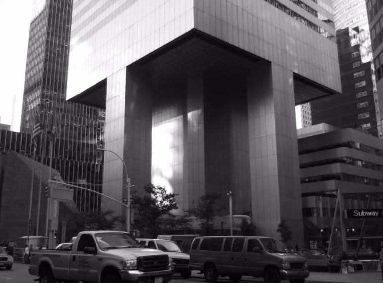 美国斥资58亿,用4根柱子撑起59层高楼,一年后差点被风吹倒