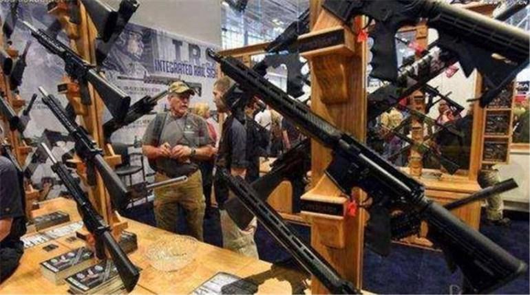 美国多地枪声四起,近千人死亡,美混乱加剧,民众抢购枪支自保