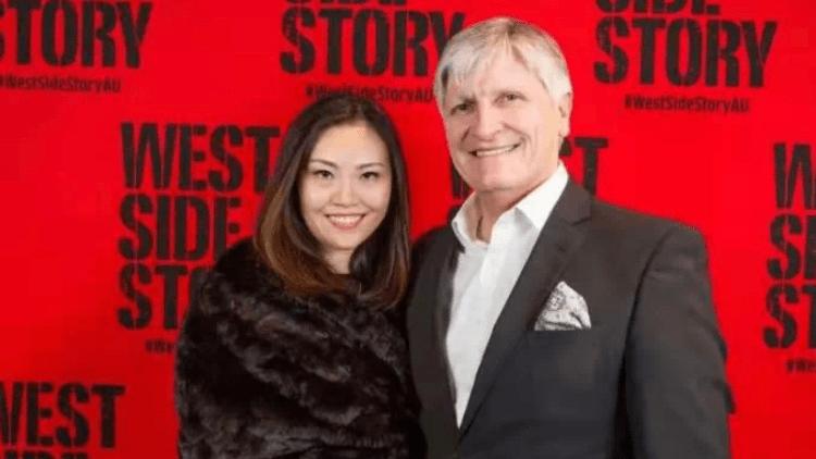 Fiona Hui(左)与丈夫迈克尔(MichaelCoxon)(右)(图片来源:港媒)