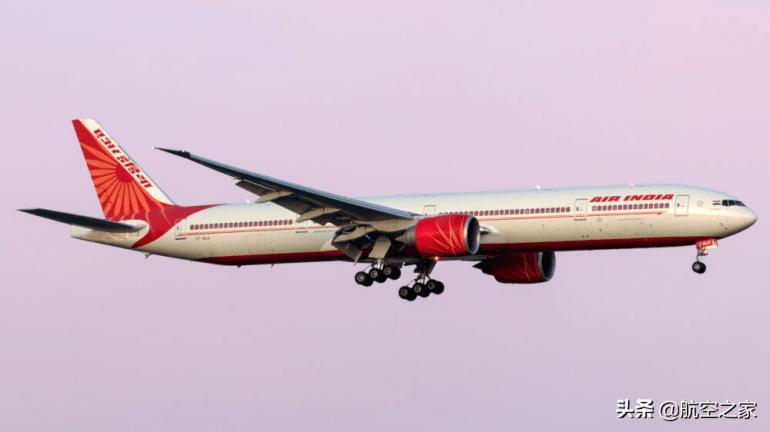 一架安-124运输机从中国天津飞往印度:装满了12个大型医氧容器