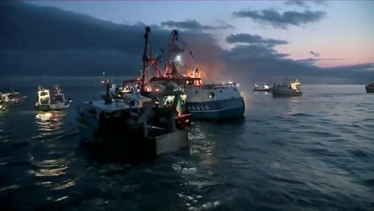 英国要把偷渡船逐回法国,法国急了