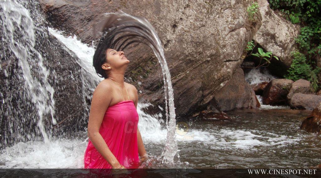 Desi Bhabhi Aunty In Wet Saree Blouse Petticoat Photos-2966