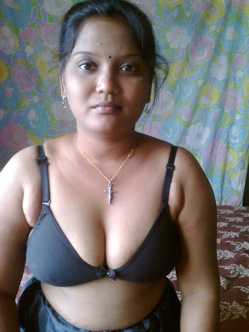 image Hot indian aunty try to satisfy her clients in hotel
