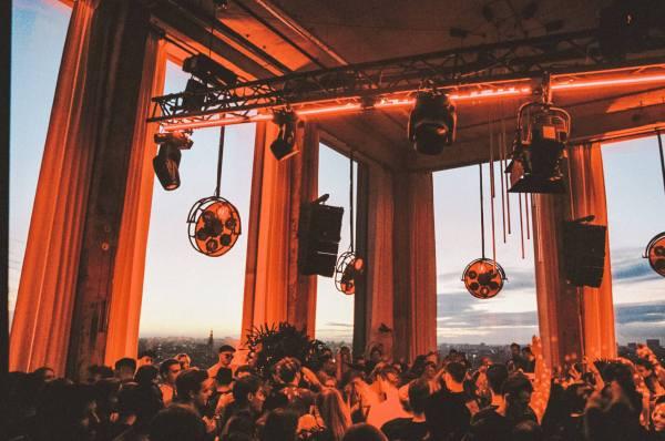 NO ART HOTEL: EERSTE FESTIVAL IN DE 1.5 METER SAMENLEVING IN DE A'DAM TOREN