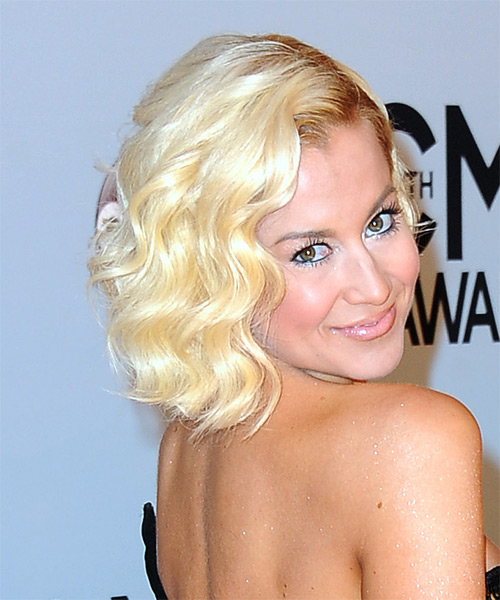 kellie-pickler-short-wavy-bob-hairstyle