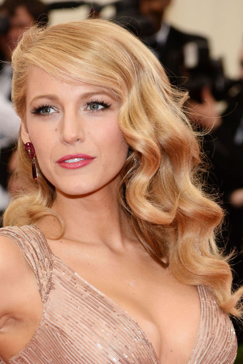 Side Swept Blonde Wavy Hairstyle