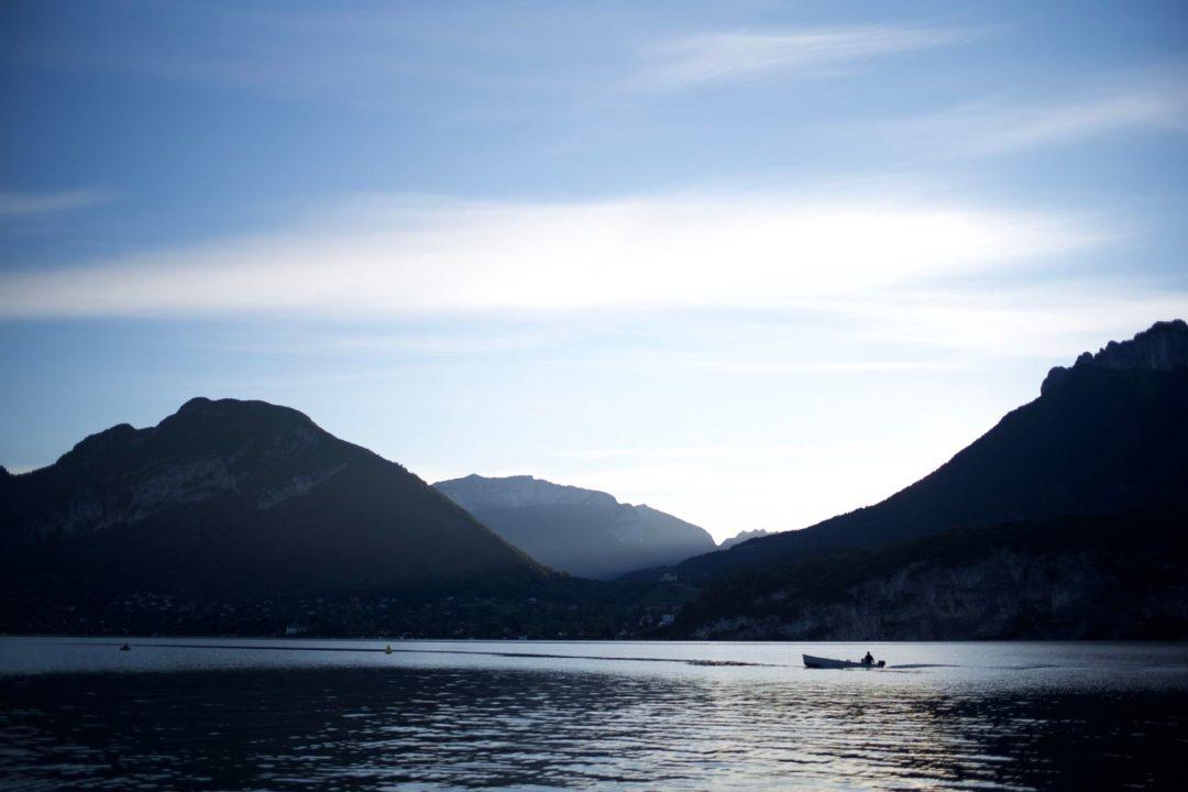 Un pêcheur au petit matin en face du port de Saint Jorioz