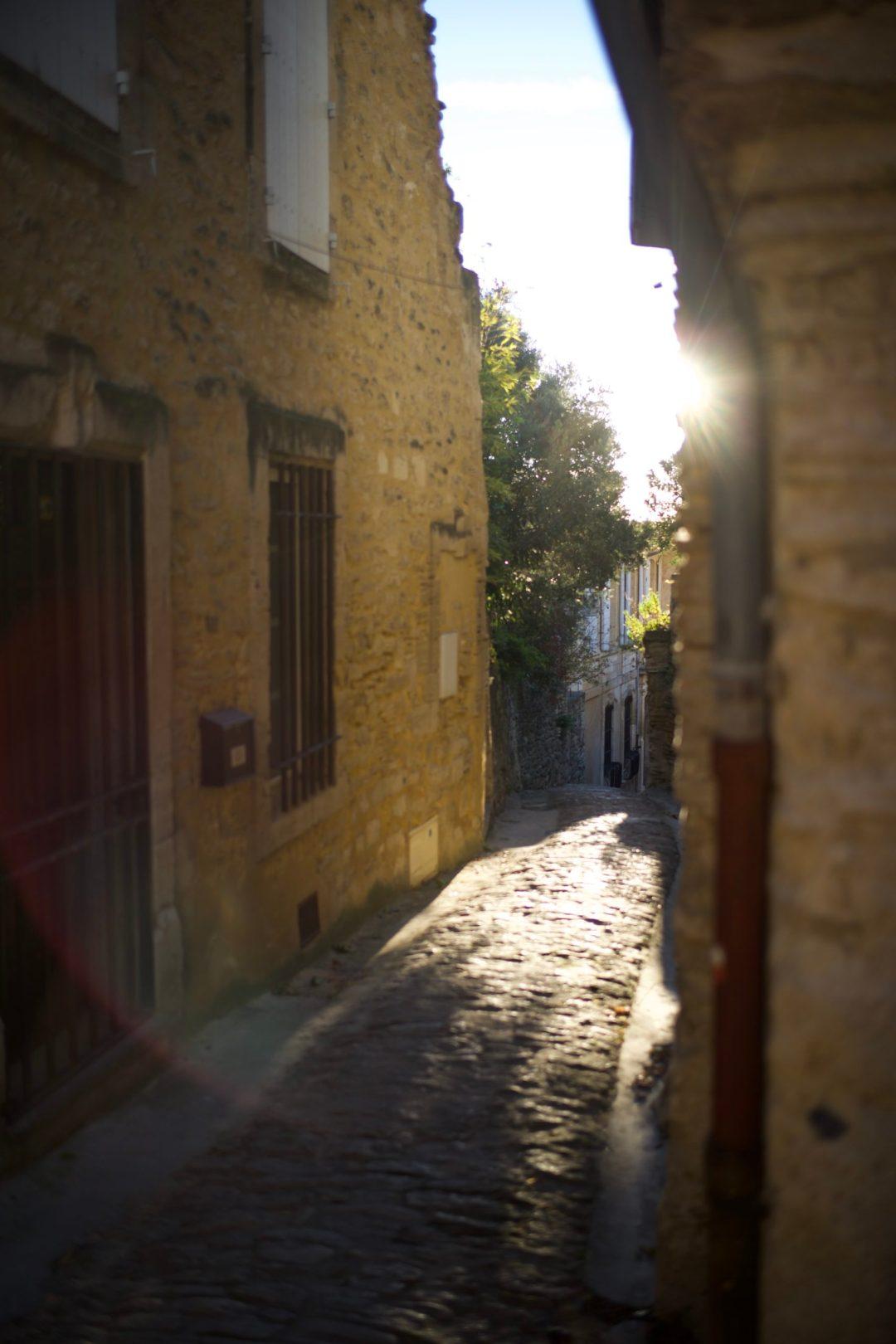 Rue de Gordes avec soleil bas