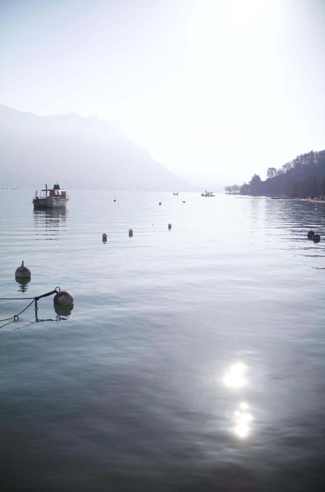 Annecy et son lac vue depuis le port