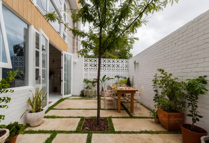 Etica-Studio-Nature-Inspired-Eco-House-recycled-Perth-builder-Perth-designer-house-city-block-Carla-Karsakis-concrete-house-House-Nerd-courtyard-garden-breeze-blocks