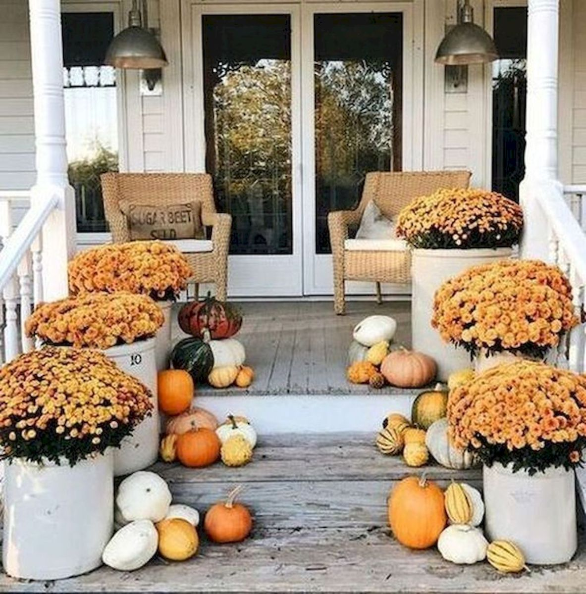 40 Beautiful Fall Front Porch Decorating Ideas That Will Make Your Home Look Amazing (33)