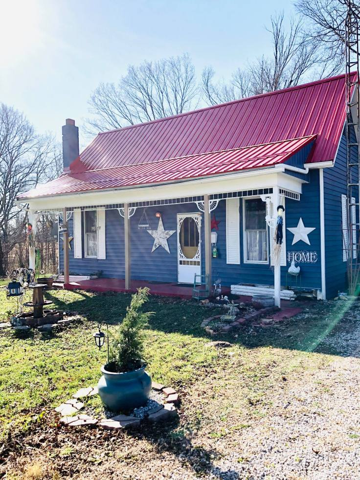 blue-farmstead-in-Amish-country