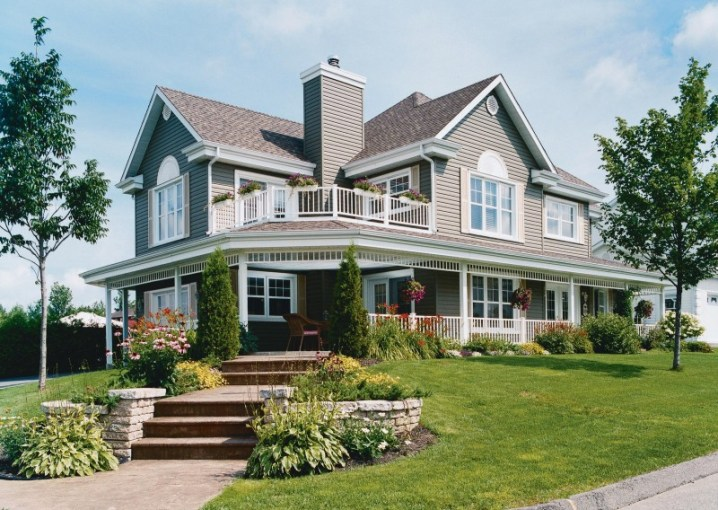 20 Homes With Beautiful Wrap Around Porches   Housely Large home with classic wrap around porch