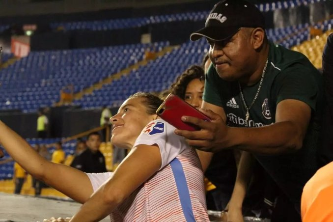 US soccer star Sofia Huerta groped by a fan during selfie shot (Photo)