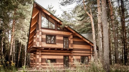 дървена къща от механично цилиндровани трупи на три етажа