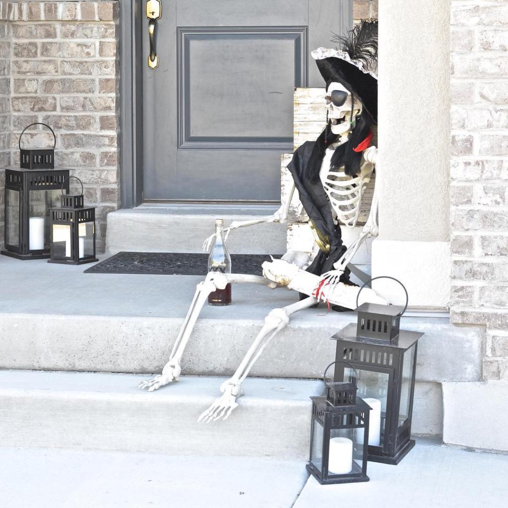 Skelly is going as a pirate this year for Halloween! And just in time for my pirate themed Halloween Party : me. #Halloween #HalloweenDecor