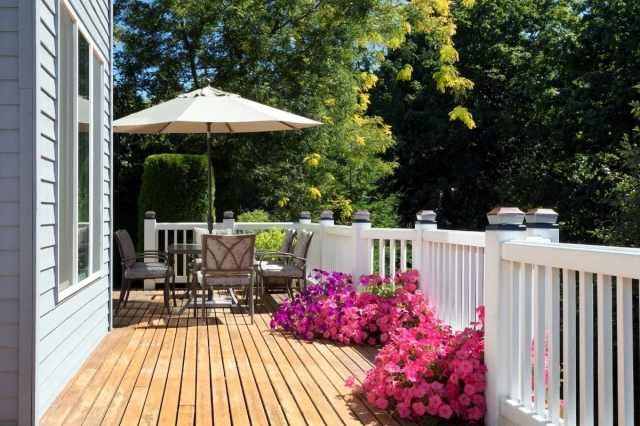 How To Clean A Deck (No Power Washer Required) - Housewife How-Tos