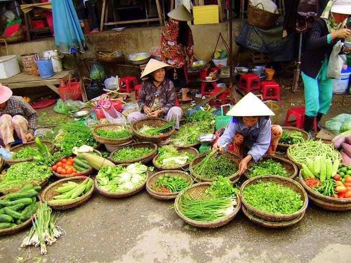 Viajar barato: Compras en un mercado en Vietnam