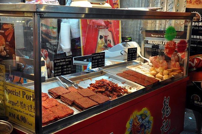 Puesto de comida en KK, Malasia