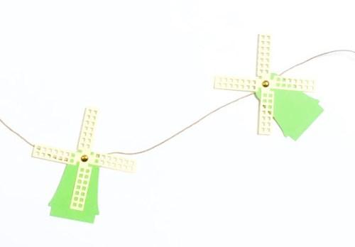 verschillende vrolijke molens op een rij papieren molenslinger
