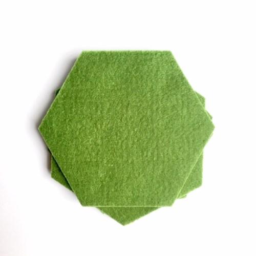 vilten onderzetters hexagon set van vier olijfgroen