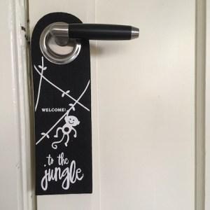 deurhanger met een aapje en tekst welcome to the jungle