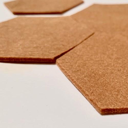 hexagon onderzetters in kalmerend camel, handgemaakt uit polyester vilt