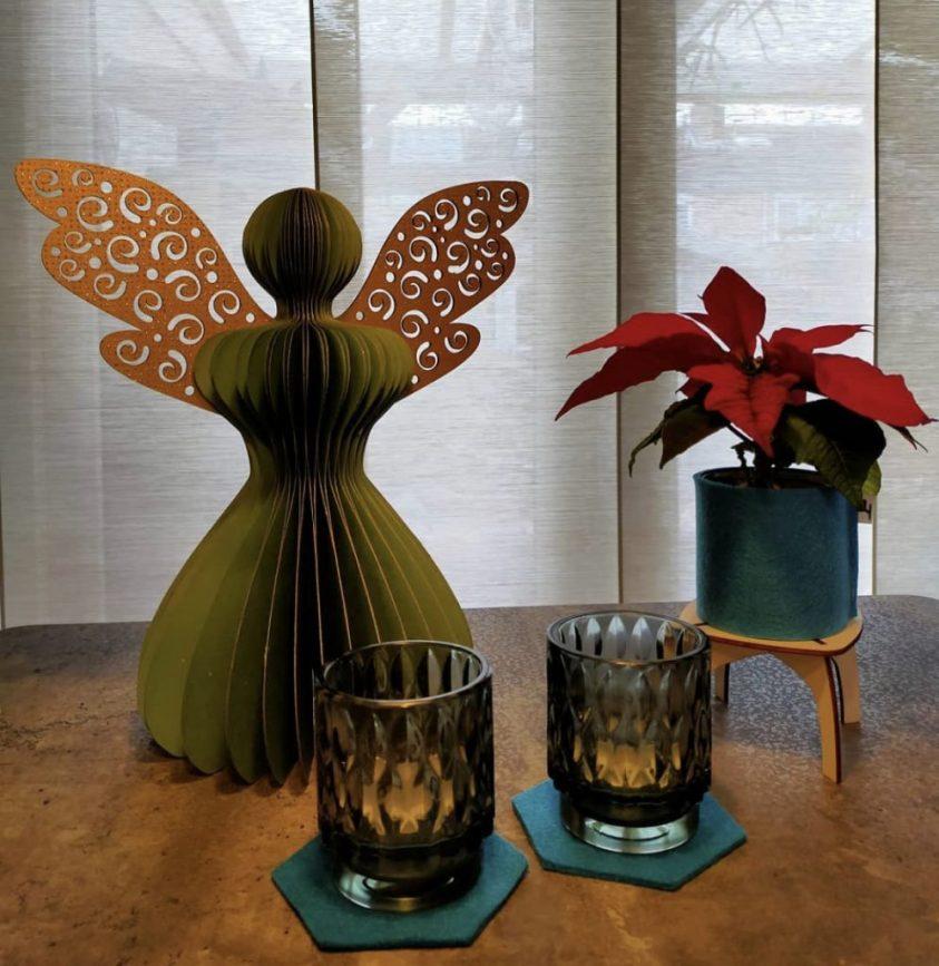 kerst in de vensterbank met houtmoed moois