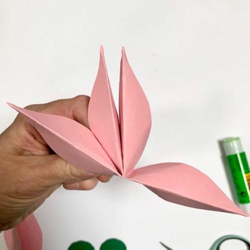 lijm vier delen bloemblaadjes aan elkaar om een volle bloem te creëren