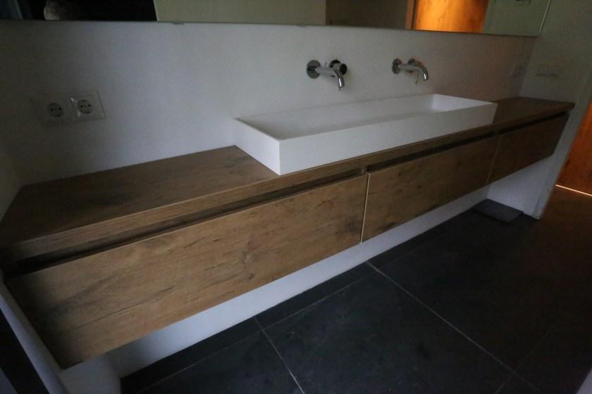 lang badkamermeubel op maat in eiken laminaat in Boekelo 2