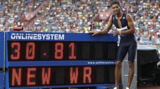Wayde van Niekerk breaks the 300m World Record