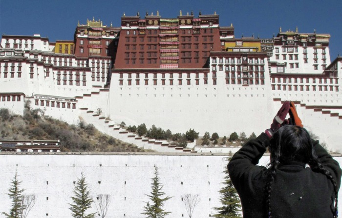 How do Chinese and Western media view China-Tibet relation?