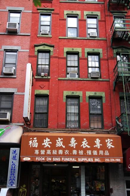Jeden z wszechobecnych chińskich szyldów i kamienica w Chinatown