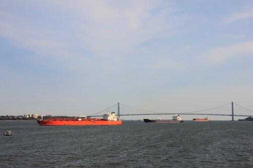 Widok za wschód z promu na Staten Island - w roli głównej most Verrazano-Narrows i tankowce
