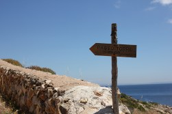 Kierunkowskaz na Passo Torre prowadzący pod górę wgłąb wyspy