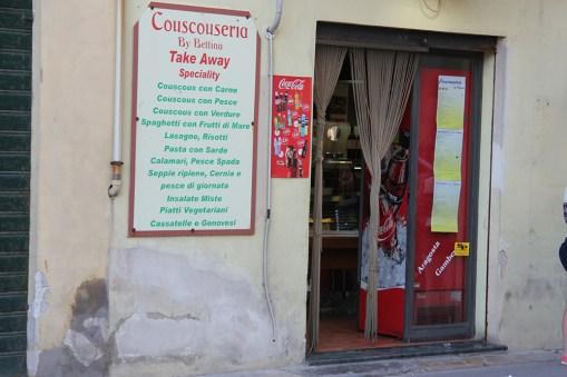 Wejście do Couscouseria by Bettina może nie jest najlepszą reklamą lokalu, ale jeść dają dobrze i tanio