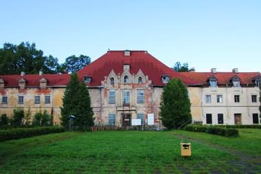 Front zrujnowanego pałacu w Sztynorcie