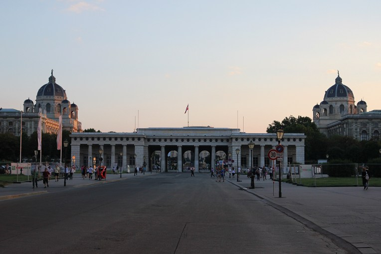 Brama Hofburga, a w tle bliźniacze budynki Muzeum Historii Sztuki i Muzeum Historii Naturalnej