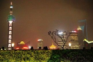 Bund - schodkami do góry i oczom ukarze się widok na dzielnicę biznesową Pudong