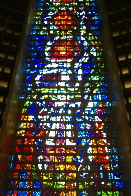 Jeden z majestatycznych witraży w katedrze