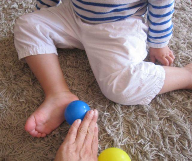 Massage pied avec balle
