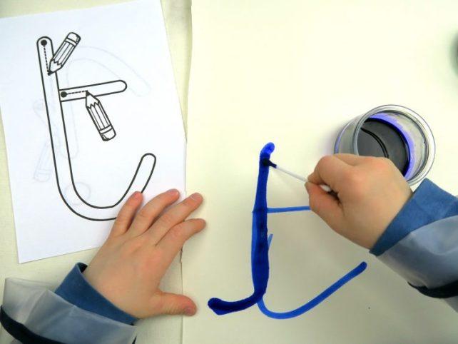 Exercice de graphisme avec encre et coton tige écriture psychomotricité