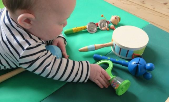 développement de la préhension durant atelier musique avec mon bébé
