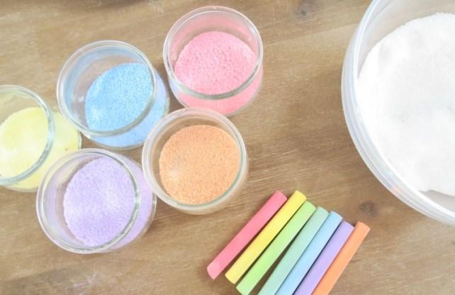 différentes couleurs de sel coloré avec des craies