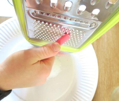 raper la craie sur le sel pour faire du sel coloré